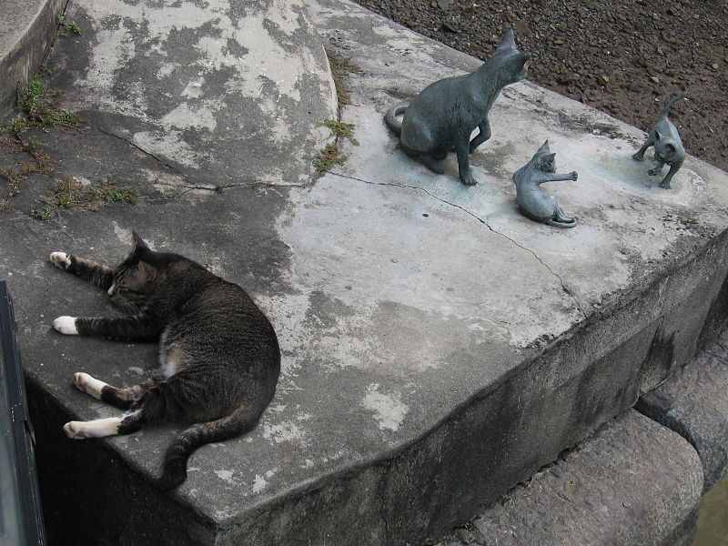 Singapura cat sculpture near Cavenagh Bridge, Singapore