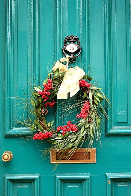 Christmas Wreath on a British Bailgate door. By Richard Croft via Wikimedia Commons